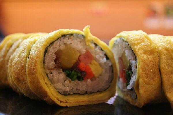 Dùng dao cắt Sushi trứng thành các miếng nhỏ - Cách làm Sushi trứng cuộn không cần mành tre