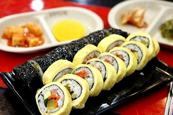 Cách làm Sushi trứng cuộn cá hồi không cần mành tre