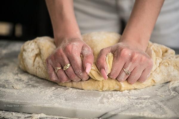 Nhào bột mì, nước (hay sữa tươi), bột ngô