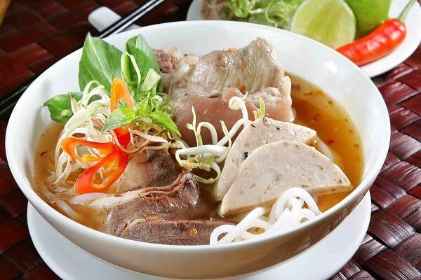 Cách nấu Bún bò Huế giò heo công thức nước lèo đậm chất miền Trung