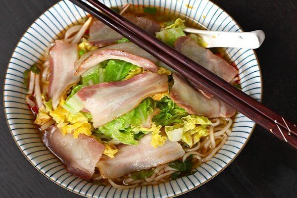 Mỳ thịt hun khói và bắp cải