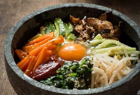 Cách làm món cơm trộn Hàn Quốc Bimbimbap trứng, thịt bò, cà rốt