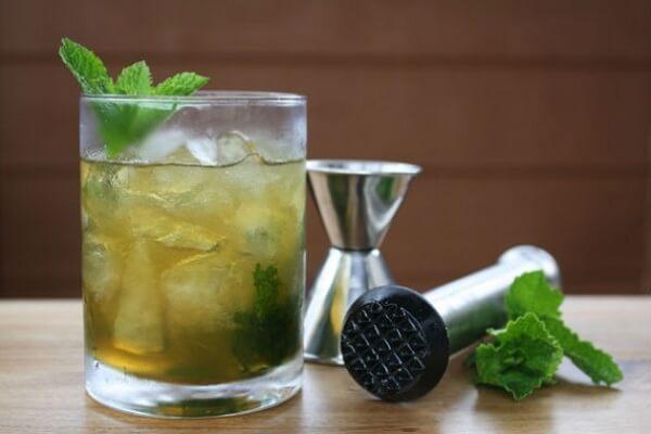 Đổ soda hoặc nước lọc lên trên và trang trí lý Cocktail với vài lá bạc hà