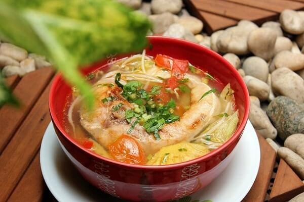 Cách nấu canh chua cá lóc kiểu miền Tây Nam Bộ với dứa, rau muống, cà chua không tanh tại nhà