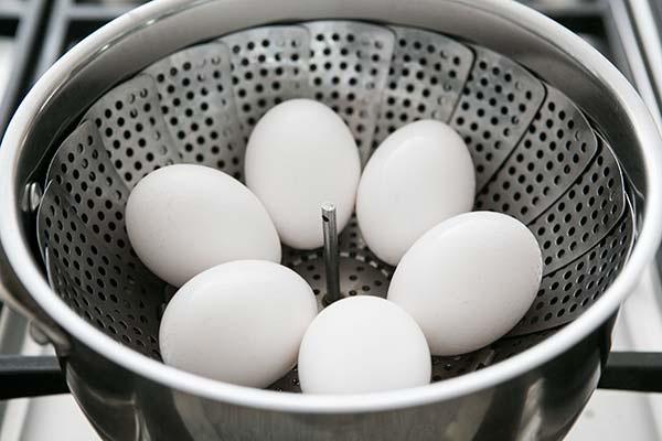 Đặt trứng dưới cốc nước lạnh
