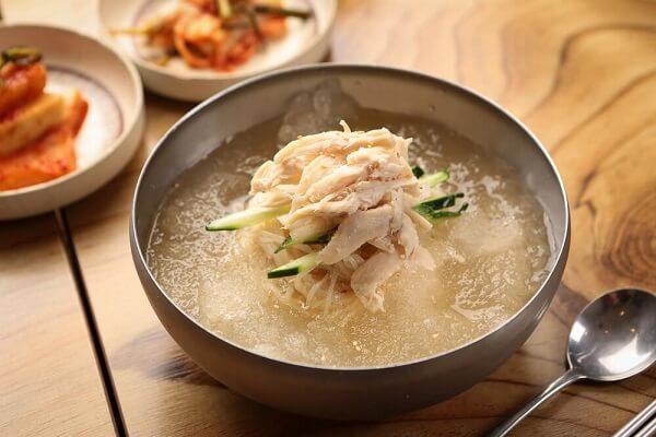 Chogyeguksu có mì làm từ bột kiều mạch hoặc lúa mì