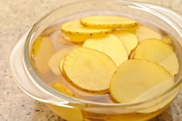 Rửa thật sạch những lát khoai tây vừa cắt lại lần nữa