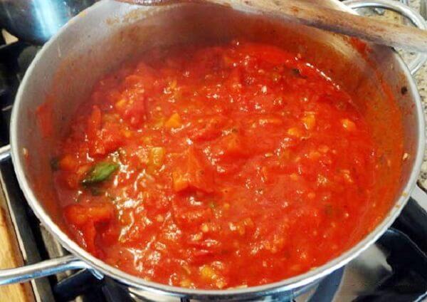 Bạn cho cà chua và dứa vào xào cho chín mềm
