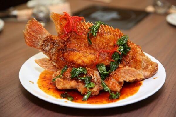 Cá diêu hồng sốt cà chua với phần cá thơm giòn thấm vị đậm đà