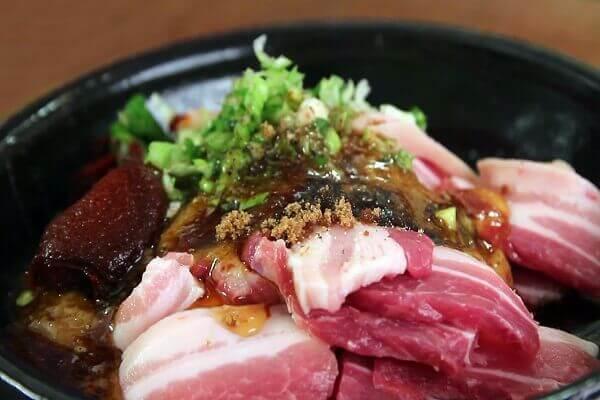 Thái thịt miếng to bản, dày và ướp thịt