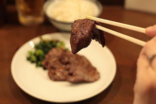 Món lưỡi bò xào dứa được trình bày trông rất hấp dẫn