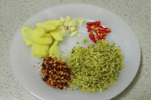 Gia vị đầy đủ chuẩn bị cho bước chế biến món ăn