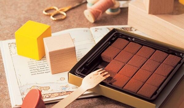 Sau khi chocolate đã đông lại bạn có thể tách chocolate ra khỏi khuôn