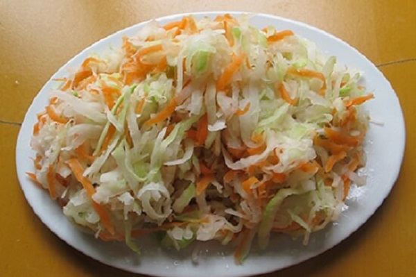 Sau khi ướp xong thì bạn cho su hào cùng vơí cà rốt trần qua với nước sôi