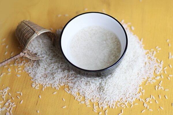Sử dụng nước vo gạo làm sạch tai lợn