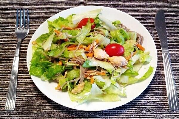 Cho salad ra đĩa và bạn có thể thưởng thức ngay