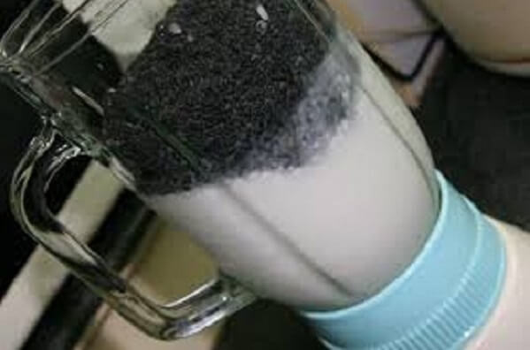 Cho đậu nành và mè đen vào máy xay sinh tố, xay nhuyễn
