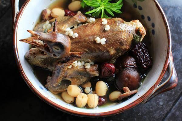 Cách nấu cháo chim bồ câu hầm hạt sen, nấm hương, đậu cove