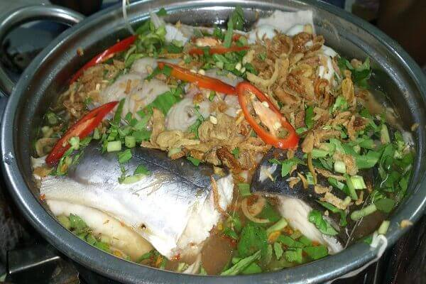 Cho cá vào nấu trong khoảng 15 phút, nêm nước mắm