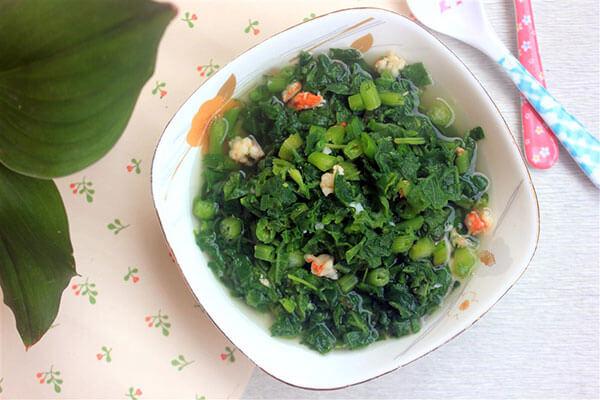 Múc canh rau ngót ra tô, ăn cùng với cơm