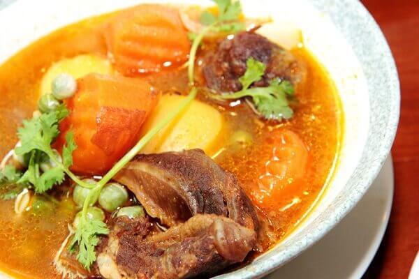 Đa số người Việt thường ăn món thịt bò hầm khoai tây cà rốt với bánh mì