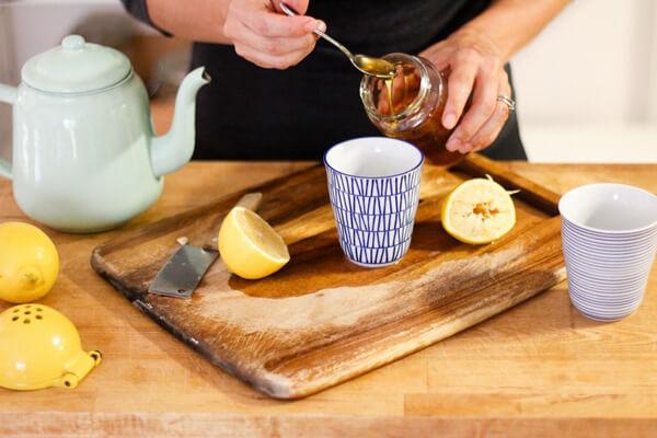 Cho vào 2 thìa cà phê mật ong