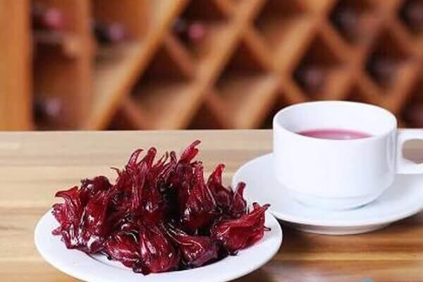 Lá cây Atiso đỏ thường được sử dụng để nấu canh chua, chế nước giải khát