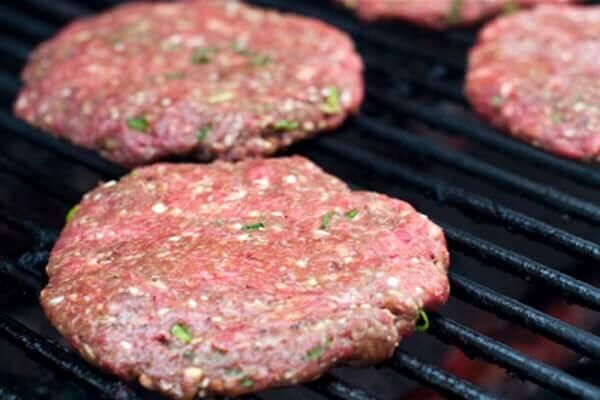 Khi thịt bò đã chín, bạn cho miếng thịt bò ra dĩa