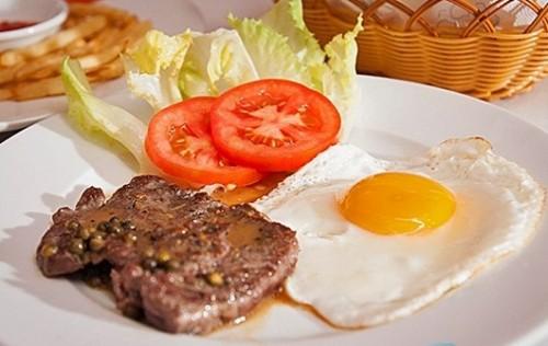 Cách làm bò bít tết ngon với trứng ốp la, khoai tây nhanh mềm
