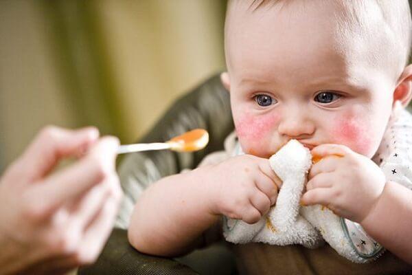 Dầu oliu và các loại dầu thực vật hoặc dầu cá đều rất tốt cho bé