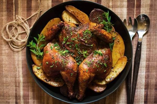 Thịt gà kết hợp cùng rau kinh giới gây đi ngoài nhiều hoặc khó tiêu.