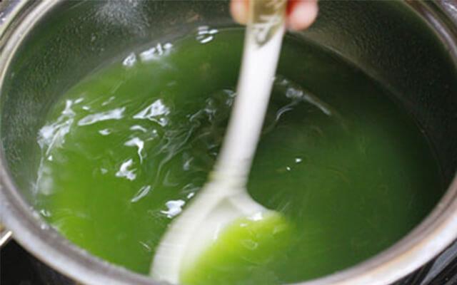 Đun cho rau câu tan hoàn toàn thì mới thêm các nguyên liệu như nước cốt dừa, cà phê