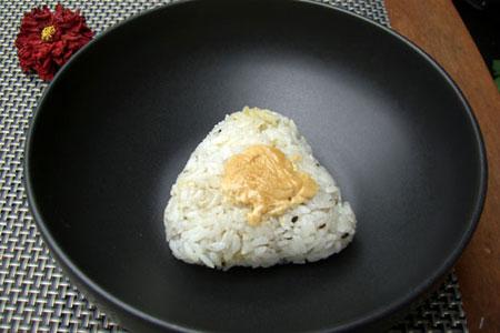 Nướng cơm bằng chảo, lật từng mặt cho nắm cơm hơi vàng