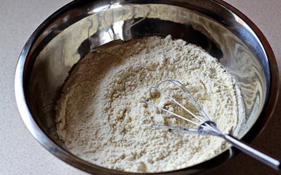Trộn hỗn hợp làm bánh mì