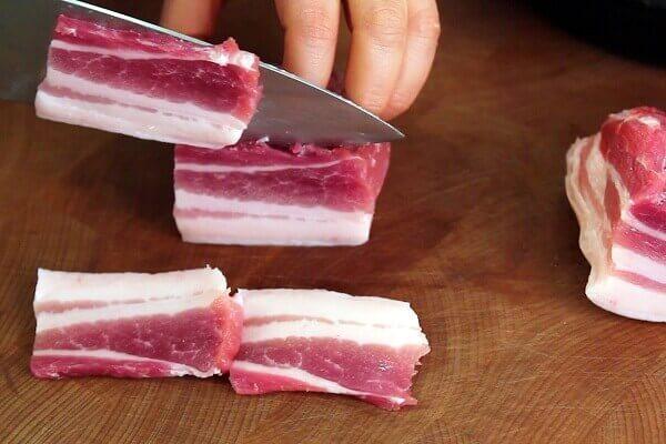 Rửa sạch thịt và thái miếng dài, hơi dày.