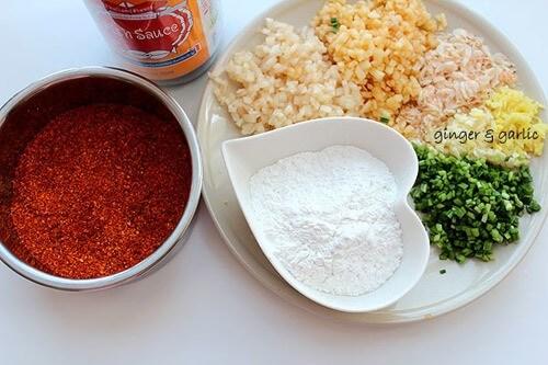 Trộn đều hỗn hợp gồm tỏi băm, cà rốt, hành tây, gừng, ớt tươi, ớt bột