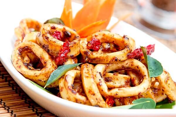 Mực xào sate dùng trong các bữa cơm gia đình cũng rất tuyệt