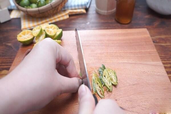 Dùng dao sắc thái vỏ tắc thành từng sợi hoặc lát nhỏ