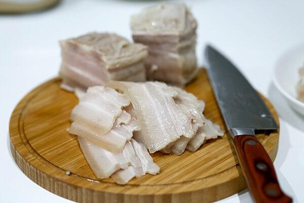 Dùng dao thái thịt thành từng miếng nhỏ vừa ăn.