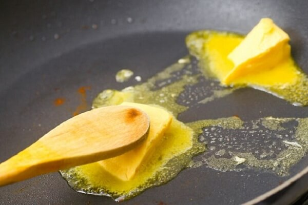 Đun bơ cho tan chảy với ít dầu olive