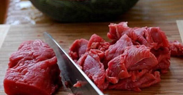 Thịt nạc bò rửa sạch, thái mỏng