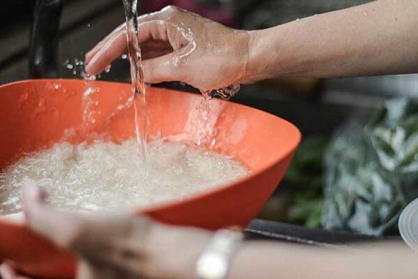 Vo gạo sạch, để ráo và rang sơ qua
