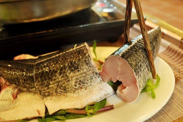 Nhúng cá ăn vào với bún tươi và các rau quả, gia vị