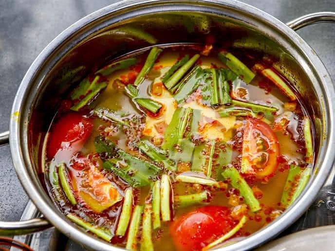 Nước sôi Bạn cho mồng tơi, rau muống, rau chuối vào nhúng tái là có thể ăn được