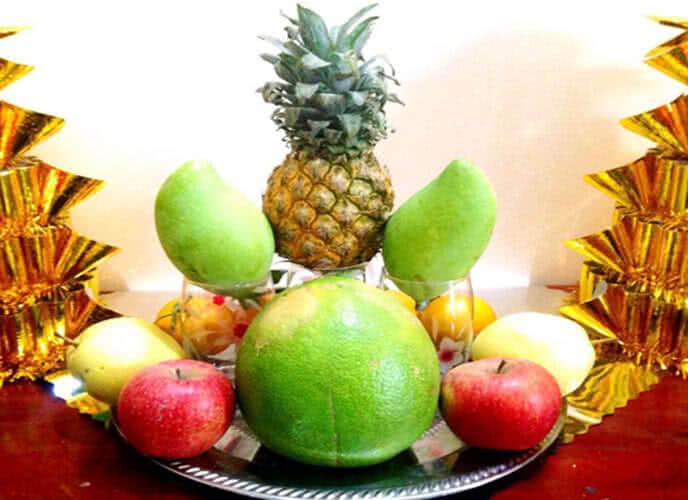 Tiếp tục xếp các loại trái cây như cam, táo, lê xung quanh