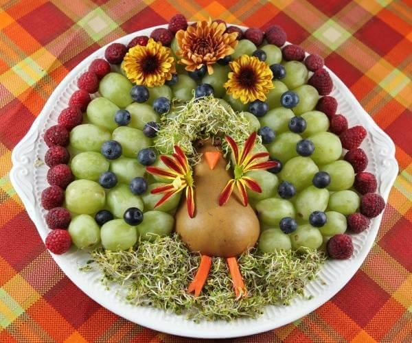 Ai muốn cứu chú chim ngập chìm trong biển trái cây này không nào? Kiểu trang trí này rất đơn giản nhưng lại tạo hiệu quả rất bất ngờ phải không?