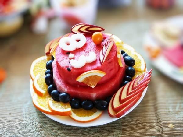 Một chiếc bánh sinh nhật nhiều tầng không kem nhưng ngọt ngào không kém.