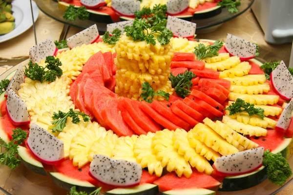 Một dĩa trái cây khổng lồ kết hợp kiểu đổ chồng domino và kiểu chồng tháp rất sinh động.