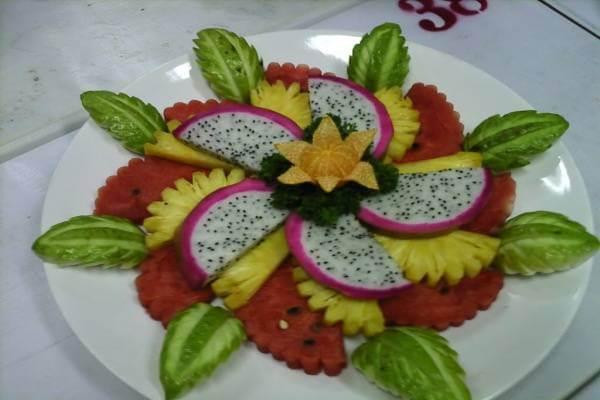 Những chiếc lá được làm nên từ ổi khiến các cánh hoa được cắt gọt cầu kỳ trở nên sinh động hơn rất nhiều.