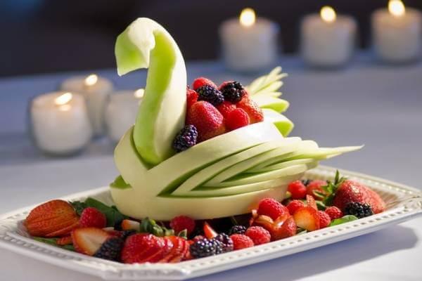 Từ trái dưa lê lớn, bạn có thể tạo thành chú thiên nga xinh xắn như thế này để trang trí dĩa trái cây cho bàn tiệc thêm phần sinh động.